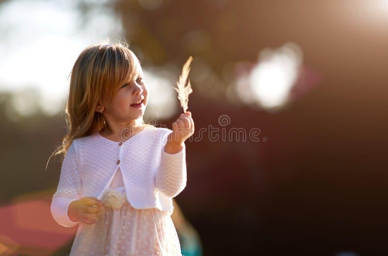 Liten flicka 4 gamla år, blont hår, solig dag royaltyfri foto