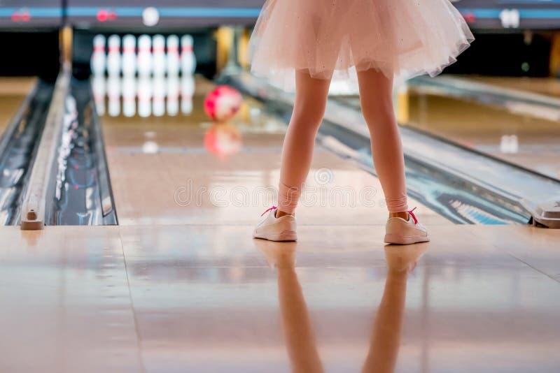 Liten flicka i ballerinakjolbowling royaltyfri fotografi