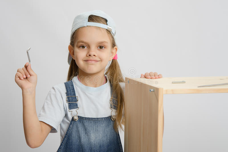 Liten flicka i bildsamlare av möblemang med hjälpmedel fotografering för bildbyråer