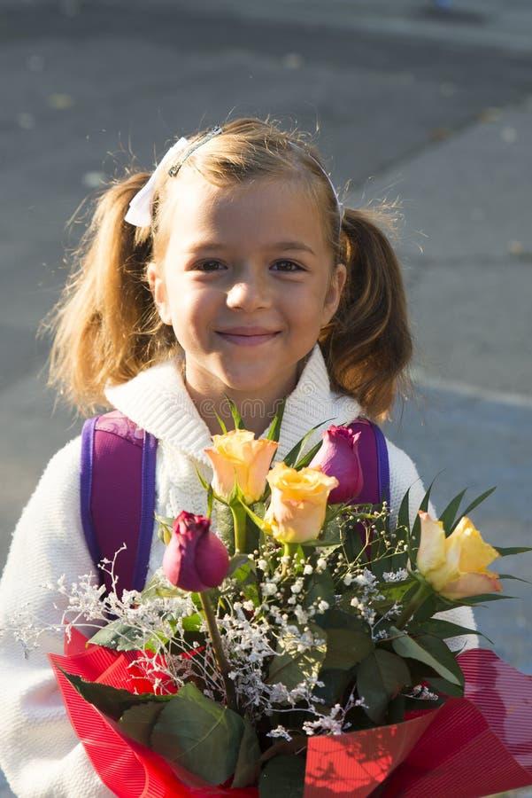 Liten flicka i den första dagen av skolan royaltyfri fotografi