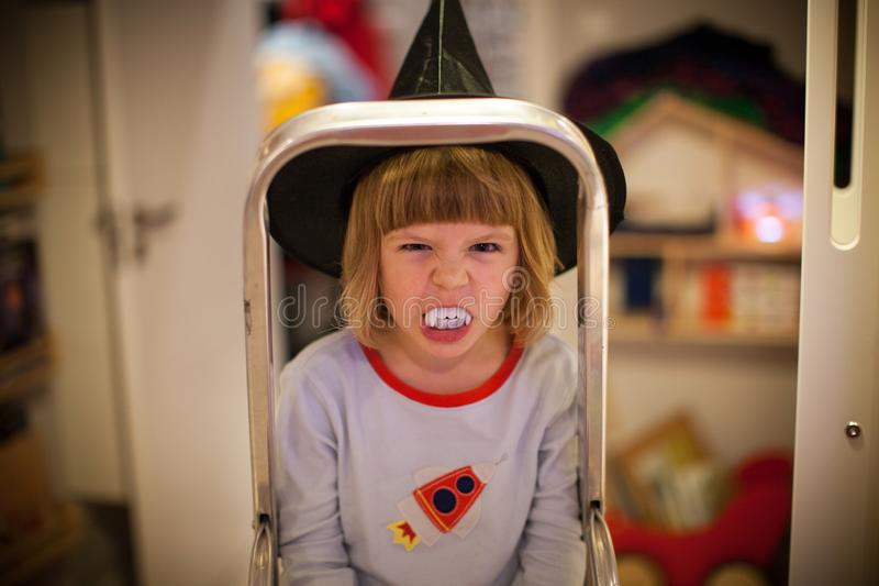 Liten flicka i den halloween dräkten arkivbild