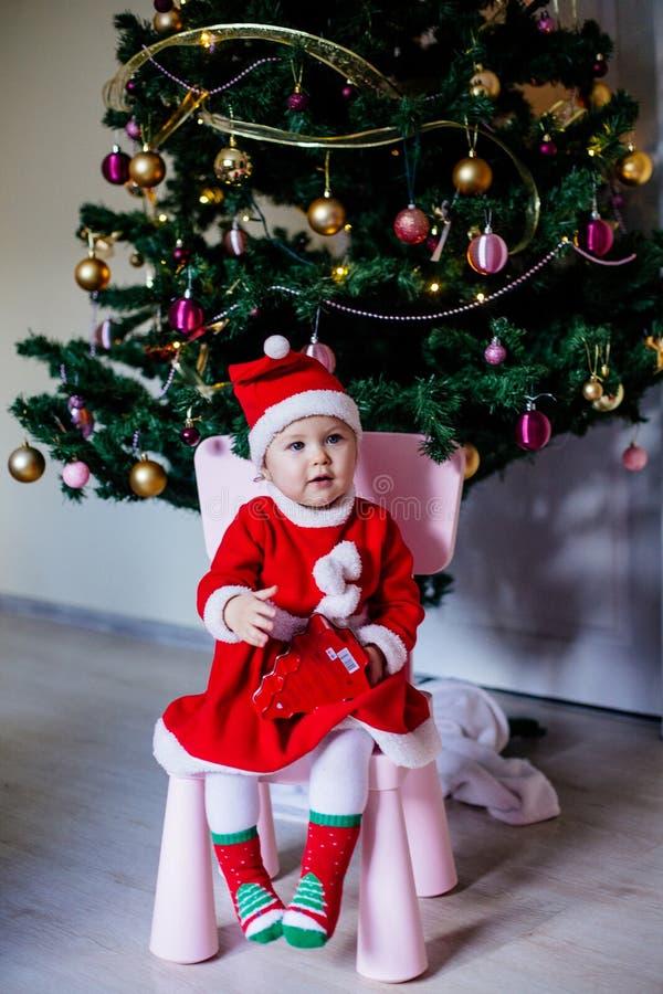 Liten flicka i den Santa dräkten royaltyfri fotografi