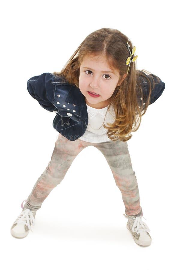 Liten flicka i det mycket dåliga lynnet - hysteriker klibbning ut av tungan arkivbild