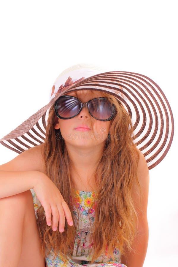 Liten flicka i en hatt och med solglasögon royaltyfria foton
