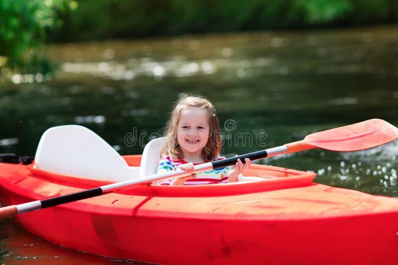 Liten flicka i en kajak royaltyfri fotografi
