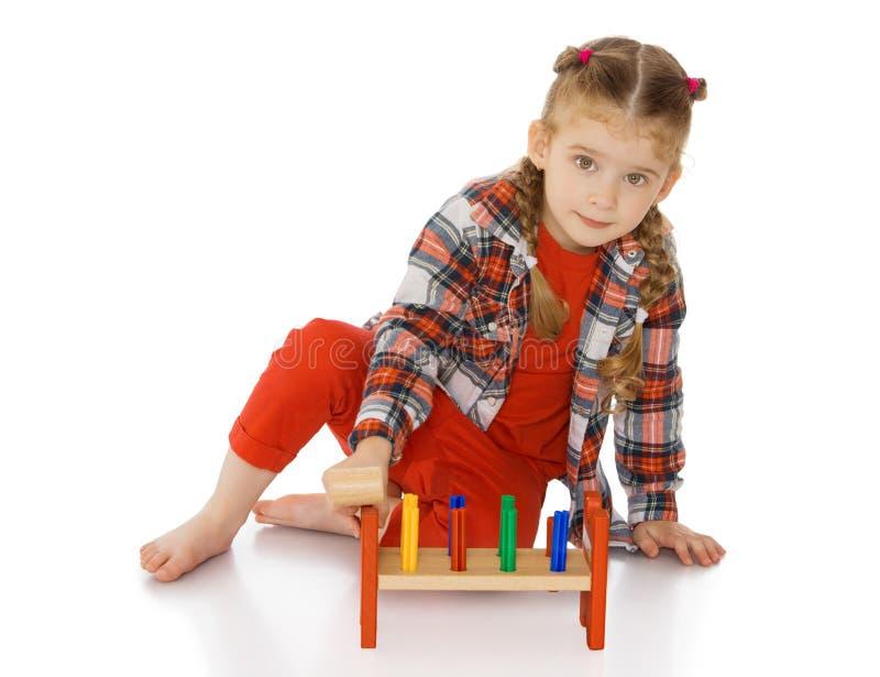 Liten flicka i en Montessori miljö arkivbilder