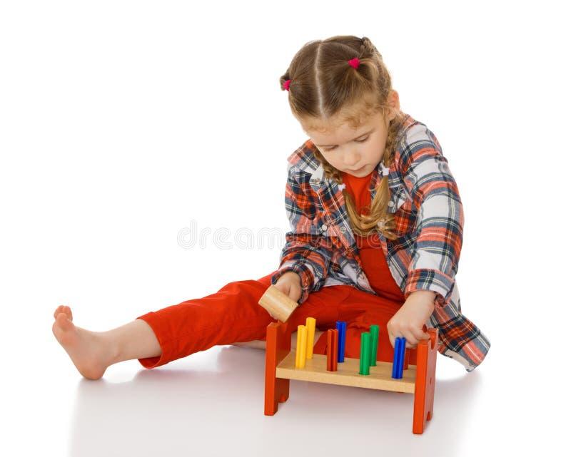 Liten flicka i en Montessori miljö arkivfoto