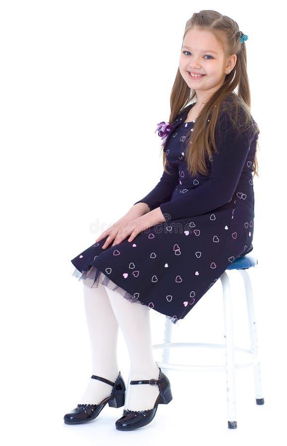 Liten flicka i en svart klänning arkivfoton