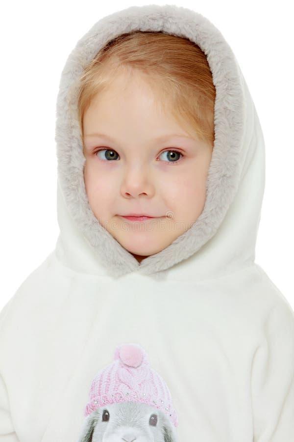 Liten flicka i en vit klänning med en huv fotografering för bildbyråer