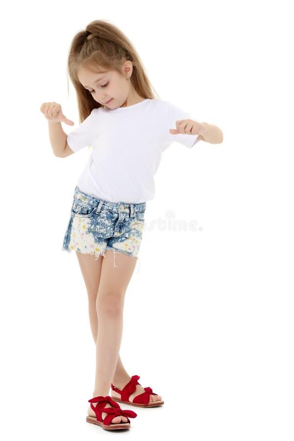 Liten flicka i en vit T-tröja royaltyfri bild