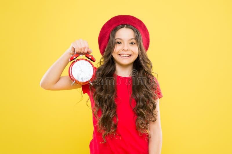 liten flicka i fransk stilhatt skönhetfrisör och mode alarm barnklockan Tidl?st mode parisian arkivbilder