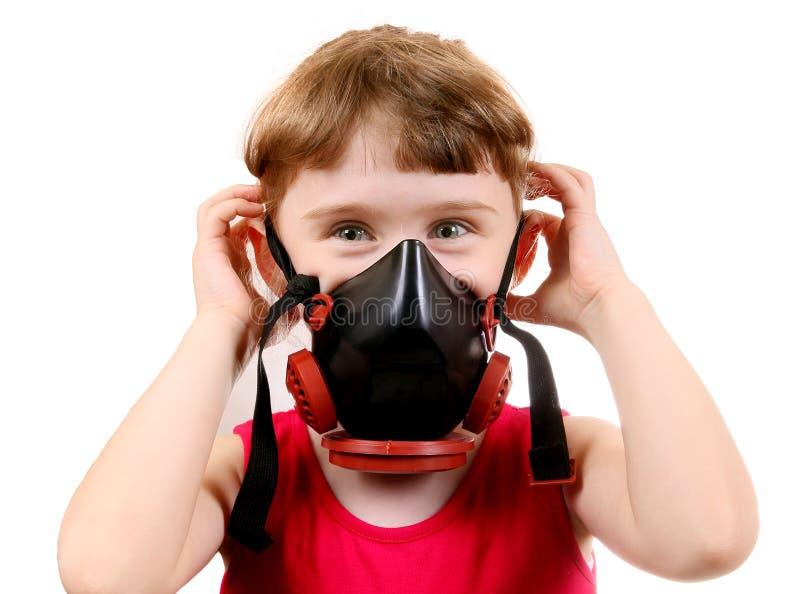 Liten flicka i gasmask royaltyfri bild