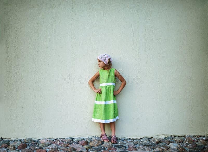 Liten flicka i grön klänning arkivfoto