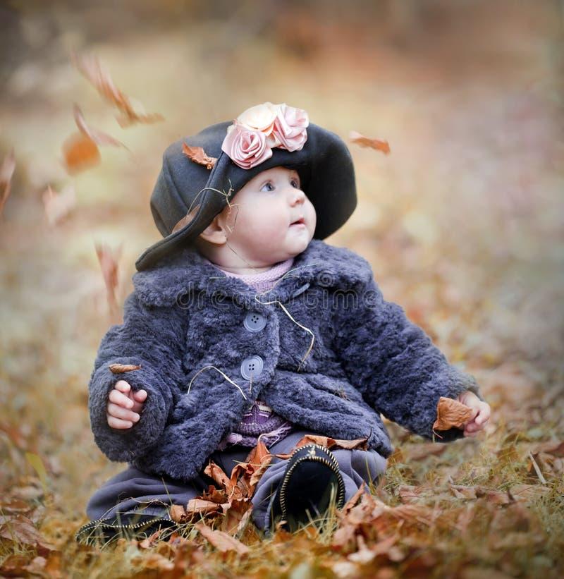 Liten flicka i höstpark royaltyfri fotografi