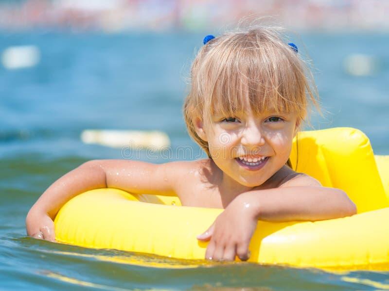 Liten flicka i havet arkivbild