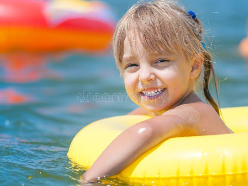 Liten flicka i havet royaltyfri foto