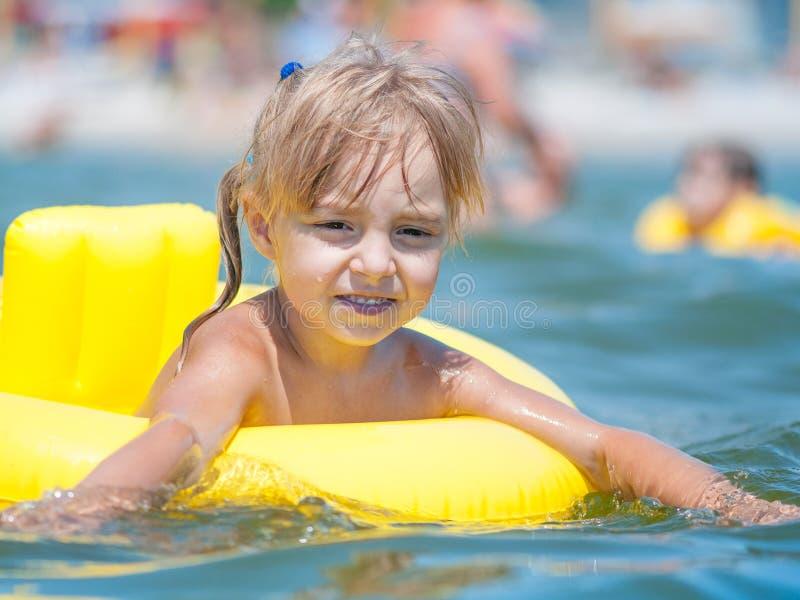 Liten flicka i havet arkivbilder