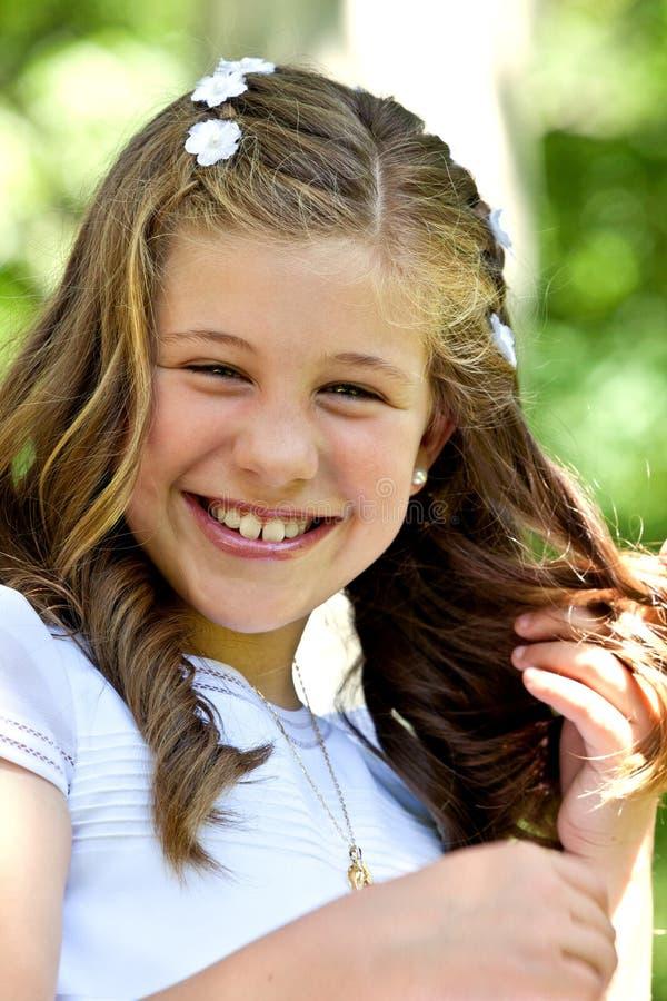 Liten flicka i henne första nattvardsgångdag royaltyfri fotografi