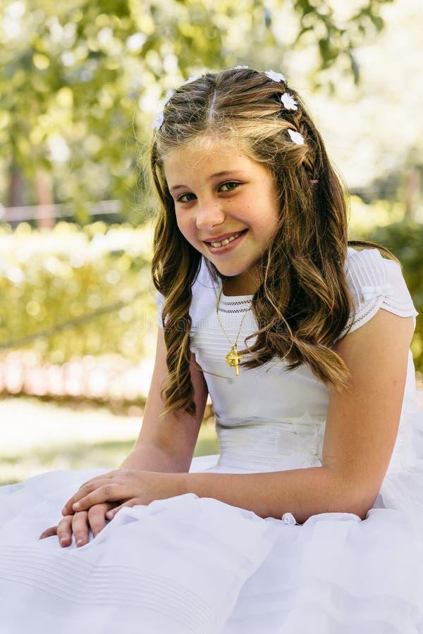 Liten flicka i henne första nattvardsgångdag royaltyfri foto