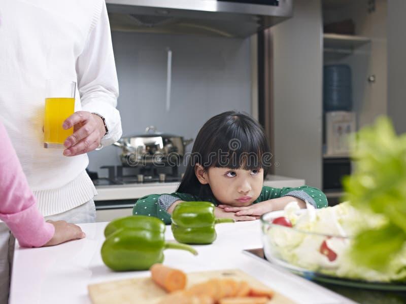 Liten flicka i kök fotografering för bildbyråer