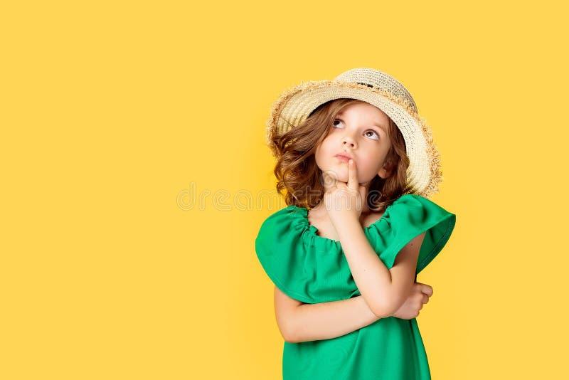 Liten flicka i klänning och hatt i studio arkivbilder