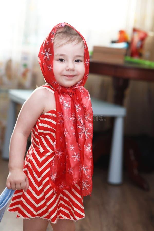 Liten flicka i klänningar som dansar med näsduken arkivbild