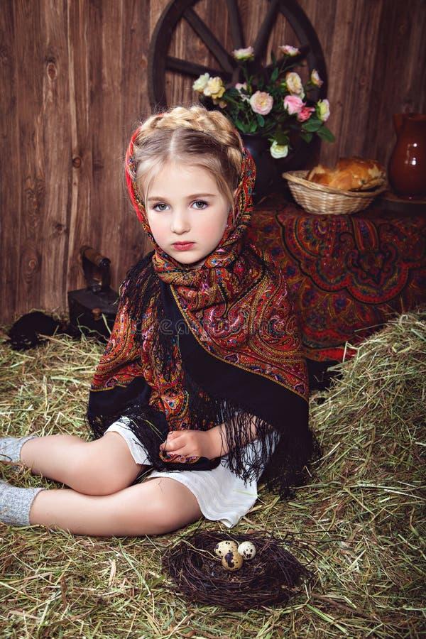 Liten flicka i kulör sjalett royaltyfria foton
