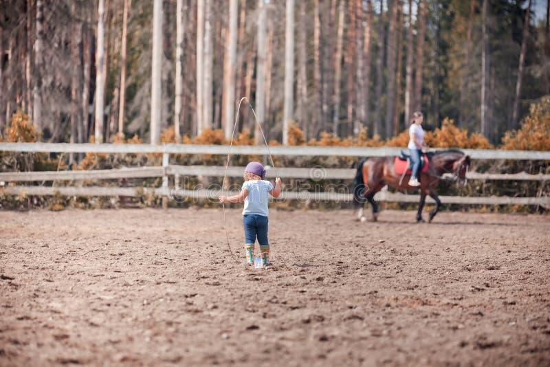 Liten flicka i paddock arkivbild