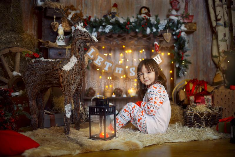 Liten flicka i pyjamas på julaftonen royaltyfria foton