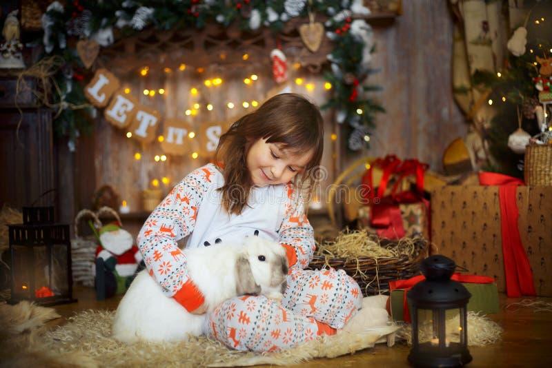 Liten flicka i pyjamas på julaftonen arkivbild