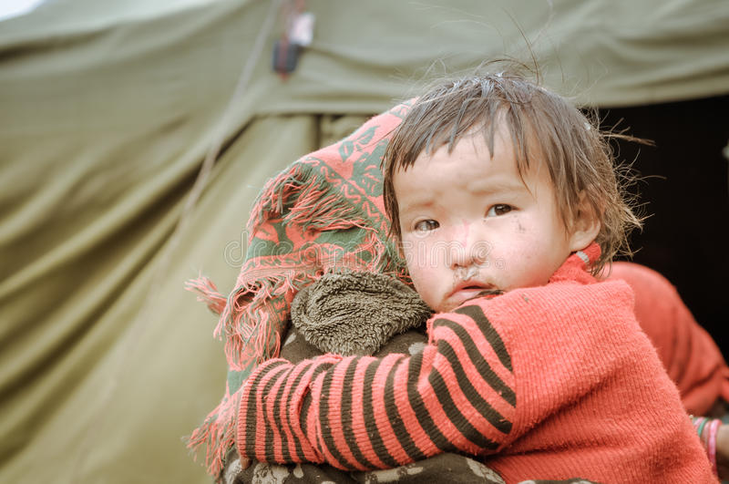 Liten flicka i rött i Nepal arkivbilder