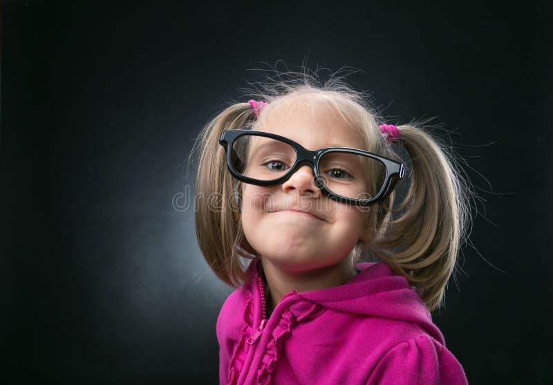 Liten flicka i roliga stora anblickar arkivfoto