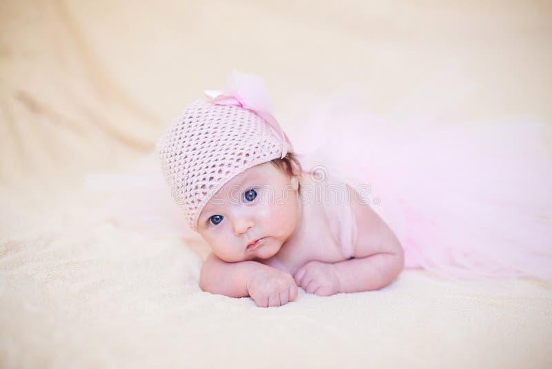 Liten flicka i rosa ballerinakjol arkivfoto