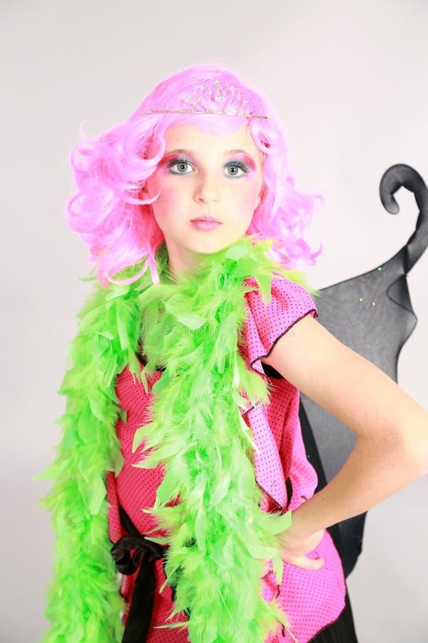 Liten flicka i rosa peruk och tiara arkivfoton