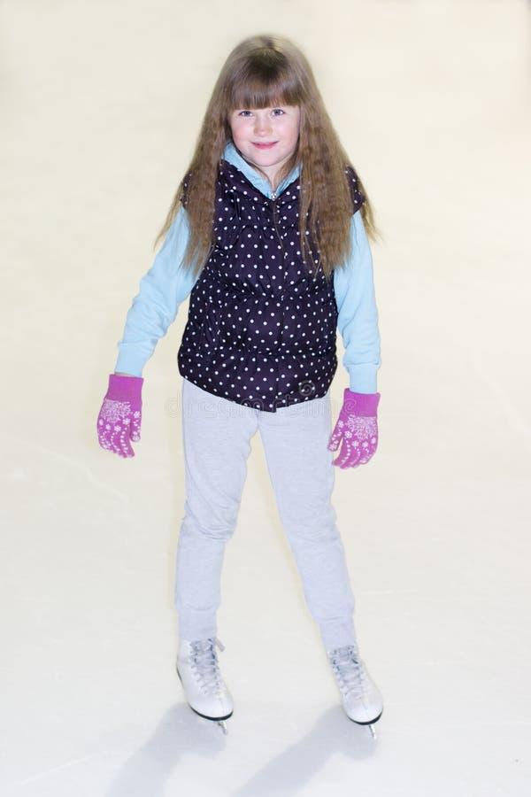 Liten flicka i skridskor på is arkivbilder