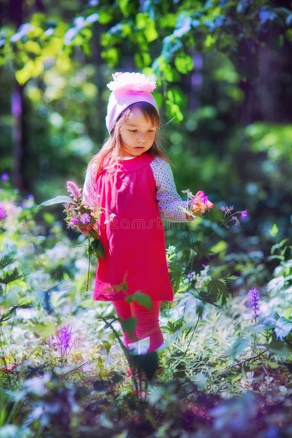 Liten flicka i sping skog royaltyfria foton