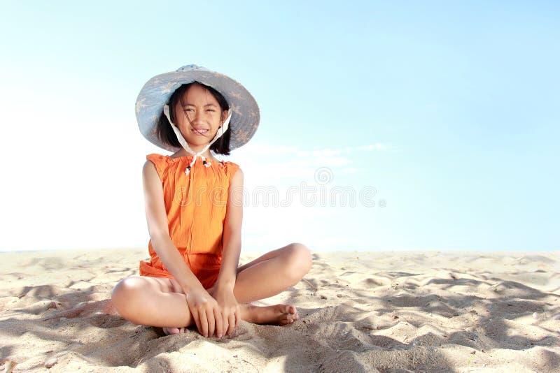 Liten flicka i stranden royaltyfria foton