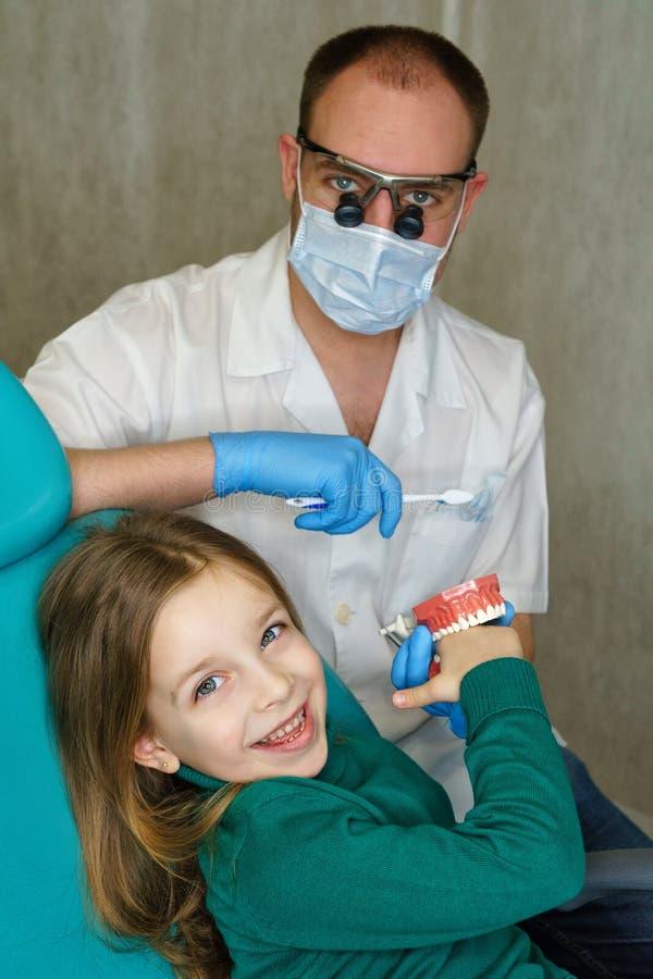 Liten flicka i tand- klinik arkivfoton