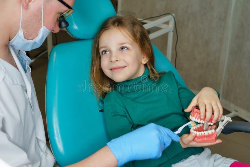 Liten flicka i tand- klinik arkivfoto