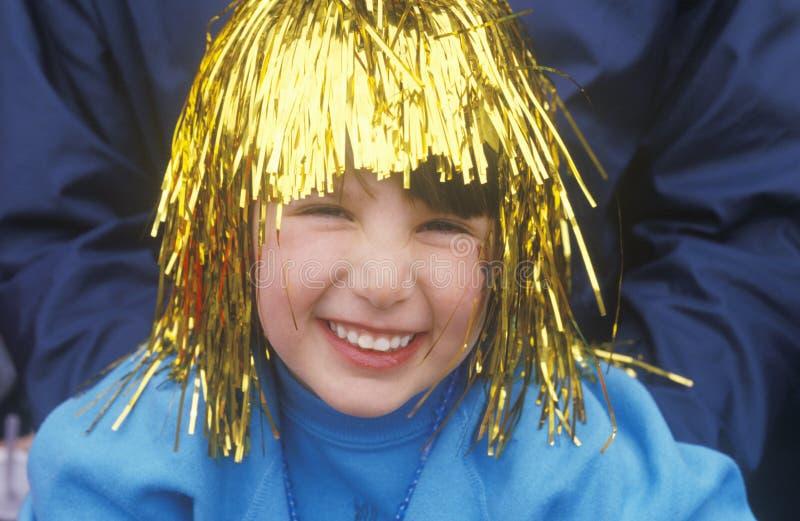 Liten flicka i Tinsel Wig During Mardi Gras, New Orleans, Louisiana royaltyfri bild