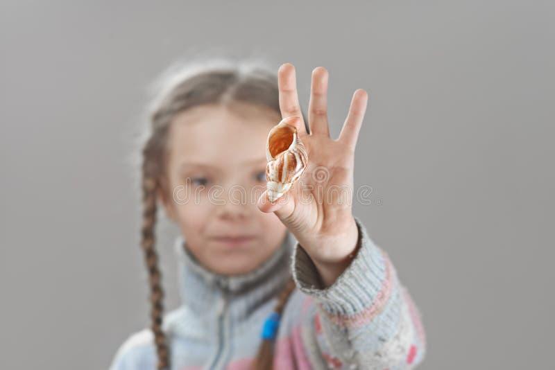 Liten flicka i tröja arkivbild