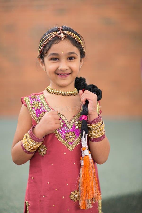 Liten flicka i traditionell indisk dräkt arkivfoto