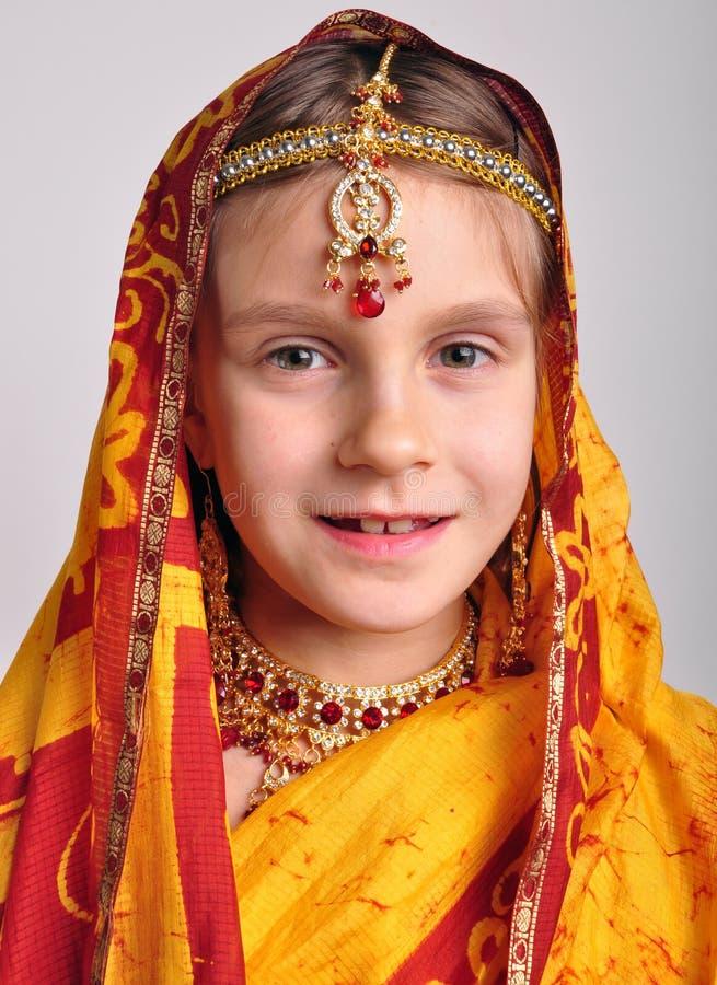 Liten flicka i traditionella indiska sari och jeweleries royaltyfri foto