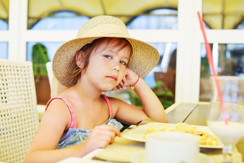 Liten flicka i utomhus- kaf? royaltyfri bild