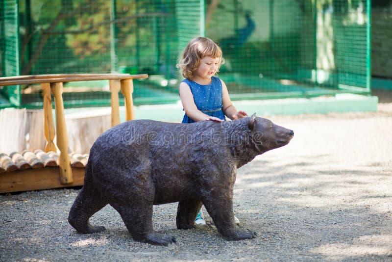 Liten flicka i zoo royaltyfria bilder
