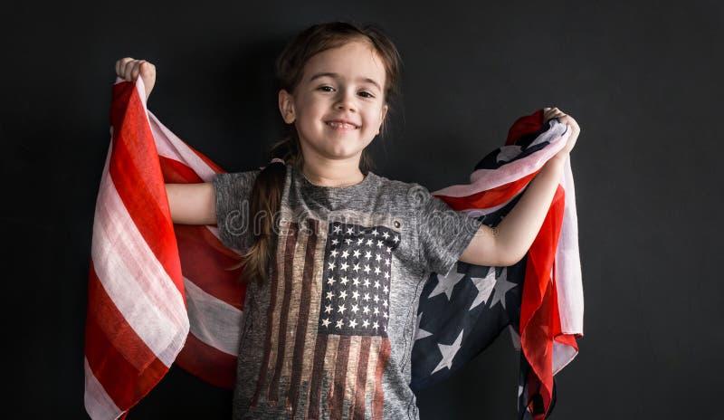 Liten flicka med amerikanska flaggan royaltyfria foton