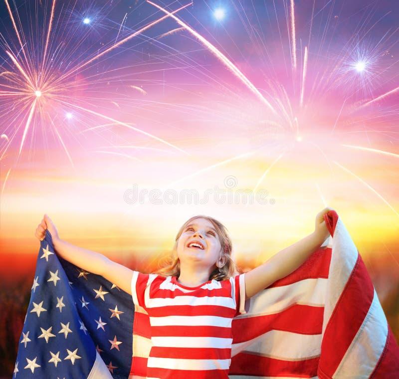 Liten flicka med att fira för USA-flagga royaltyfria foton
