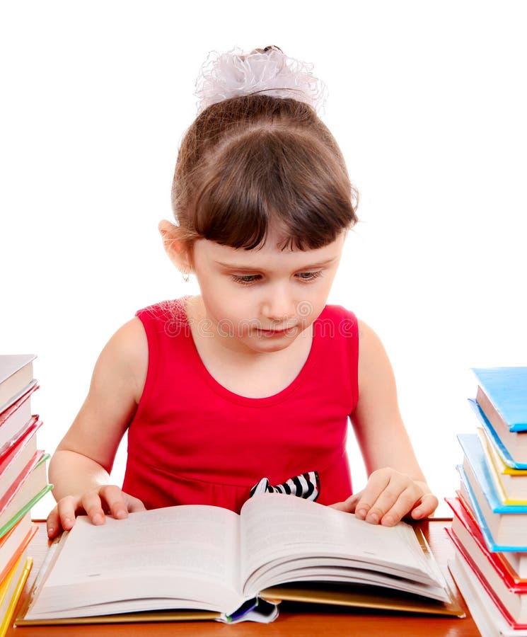 Liten flicka med böcker arkivbild