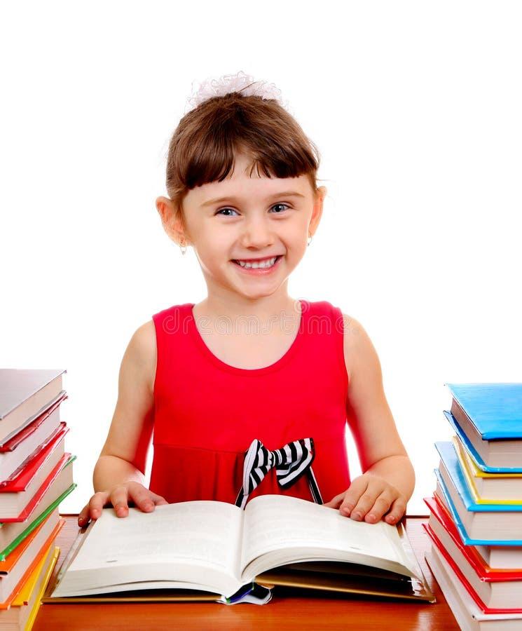 Liten flicka med böcker royaltyfri fotografi