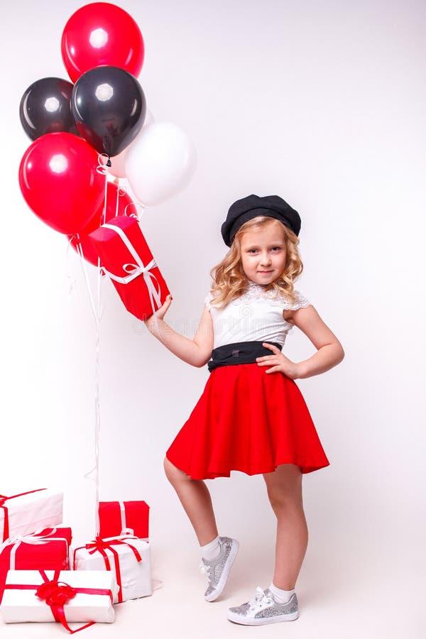 Liten flicka med ballonger och gåvor royaltyfri bild